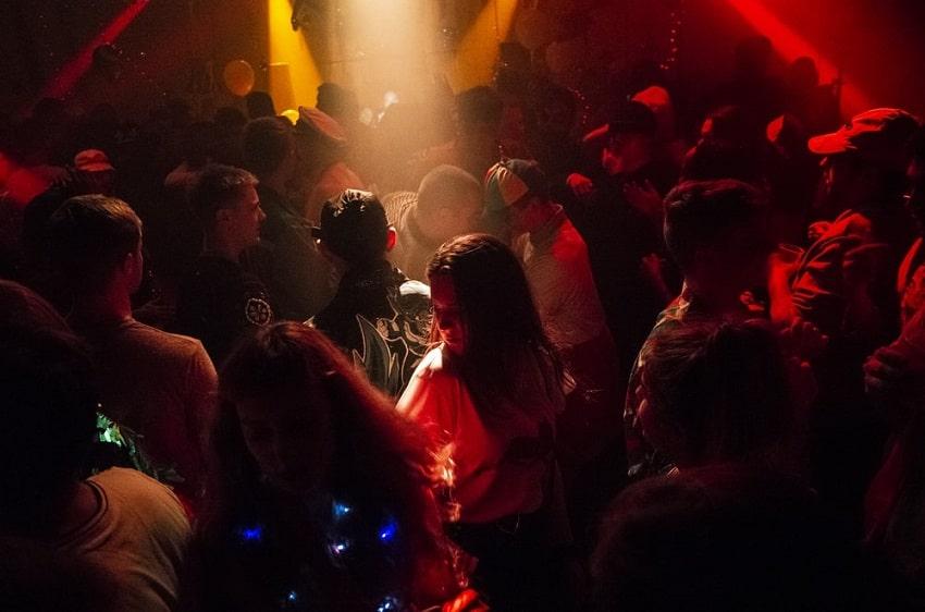 hookup-nightlife-in-Paris-get-laid