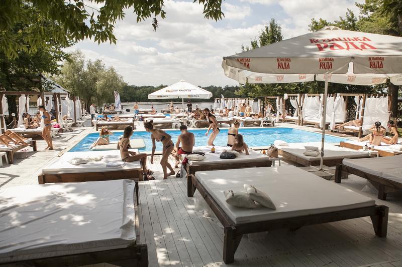meet girls Kiev beach club